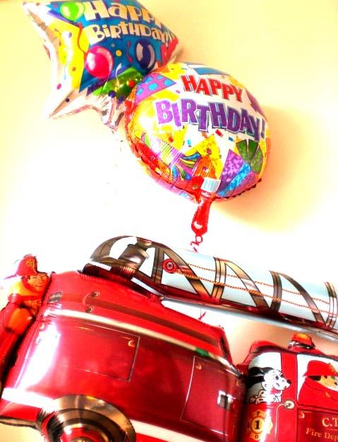 素敵なバルーン電報になります。乗り物が大好きな男の子に喜んでもらえるバルーンギフトです。消防車バースデー バルーン
