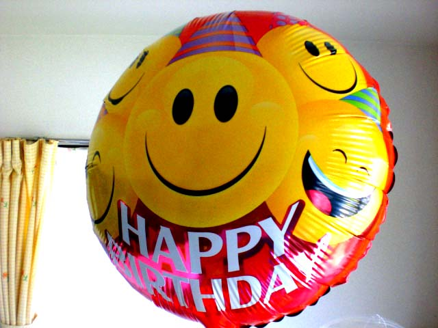 素敵なバルーン電報になります。誕生日祝いのサプライズプレゼントにピッタリバースデー カラフルバルーン