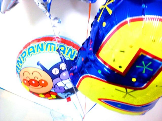 誕生日祝「2才のアンパンマンバースデー バルーン」バルーンギフトにメッセージカードを添えれば素敵なバルーン電報になります。
