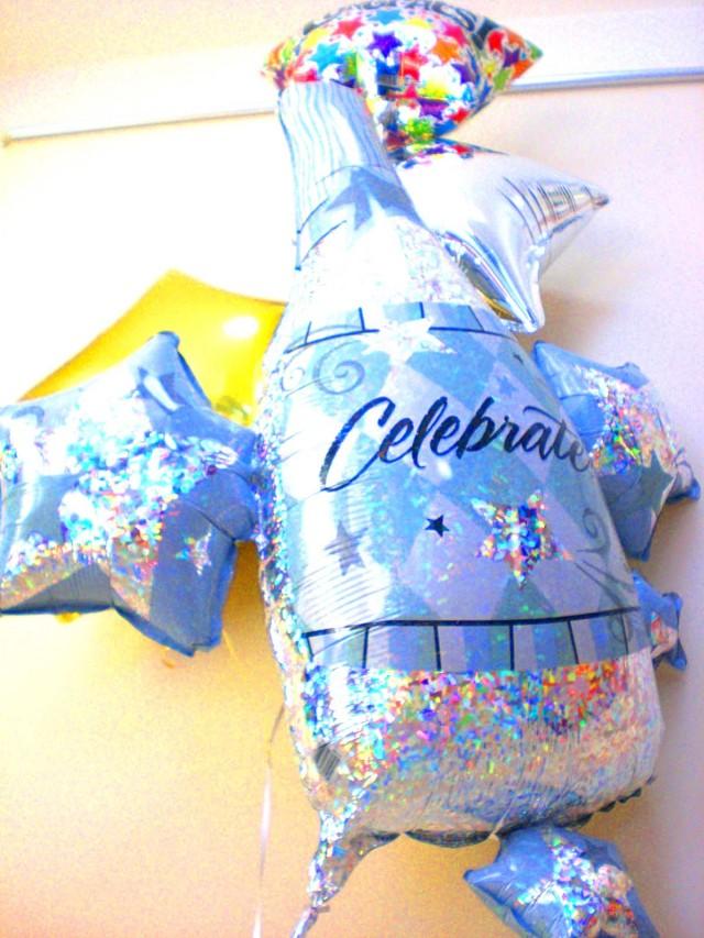 開店祝「お祝いシャンパンバルーン」バルーンギフトにメッセージカードを添えれば素敵なバルーン電報になります。