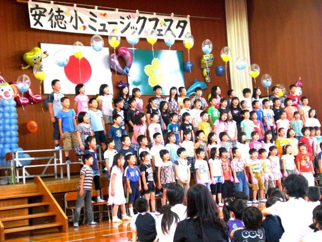 福岡県那珂川町 安徳小学校様からステージのバルーンデコレーションのご依頼をいただきました。