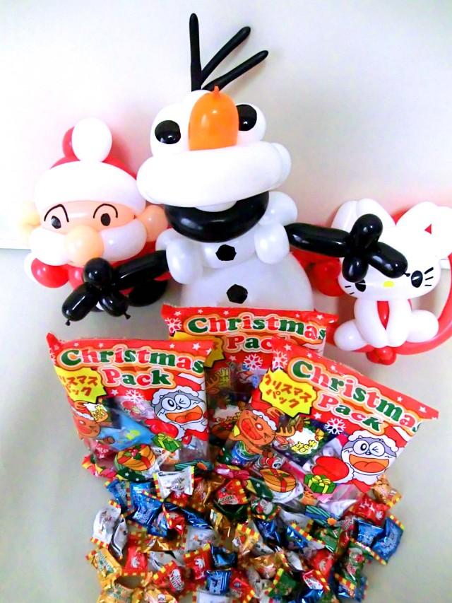 クリスマスのプレゼント・バルーンギフト&お菓子のセット。「メリークリスマス」のメッセージを贈る素敵なバルーン電報になります。