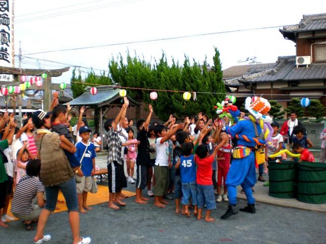 2009年 8月 福岡県大川市 「江神社の夏祭り」様からバルーンショーのご依頼をいただきました。
