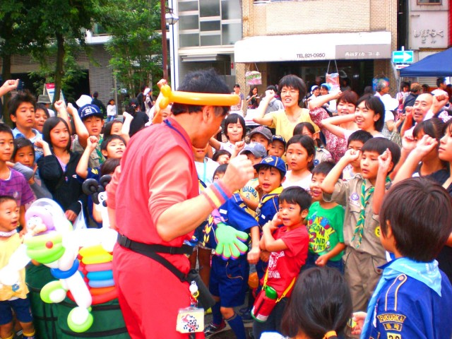 2010年10月 福岡県福岡市 「西新オレンジ通り商店街」様からバルーンショーのご依頼をいただきました。