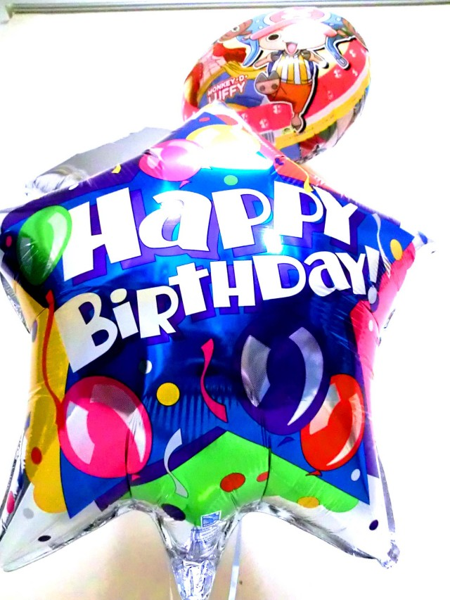 誕生日祝「送料無料ワンピース バースデー 」バルーンギフトにメッセージカードを添えれば素敵なバルーン電報になります。