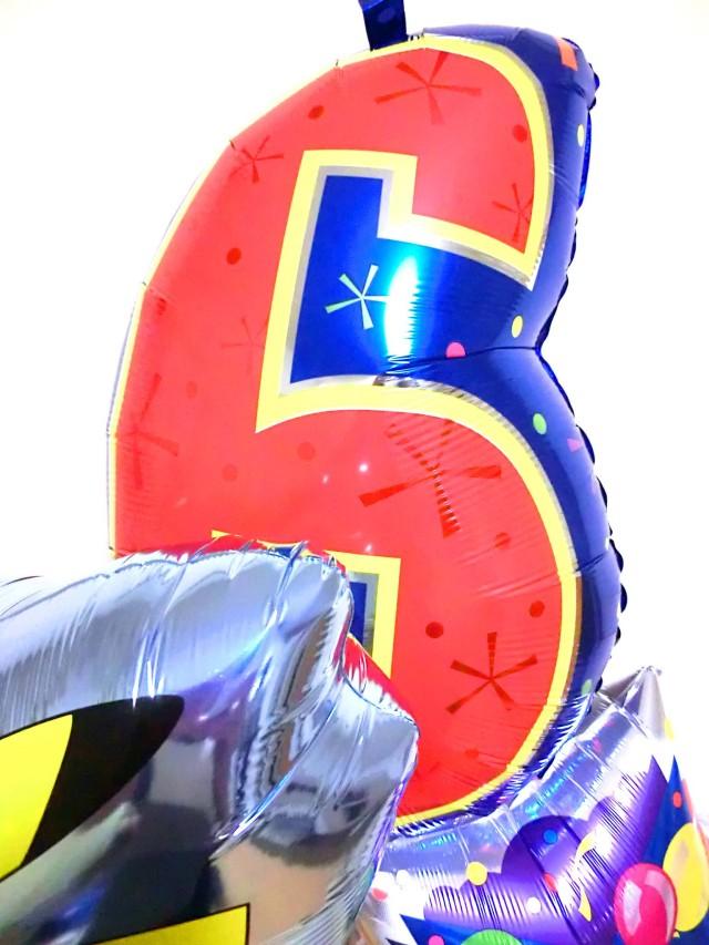 誕生祝/送料無料「数字のバルーン付ポケモン バースデーバルーン 」素敵なバルーン電報になります。