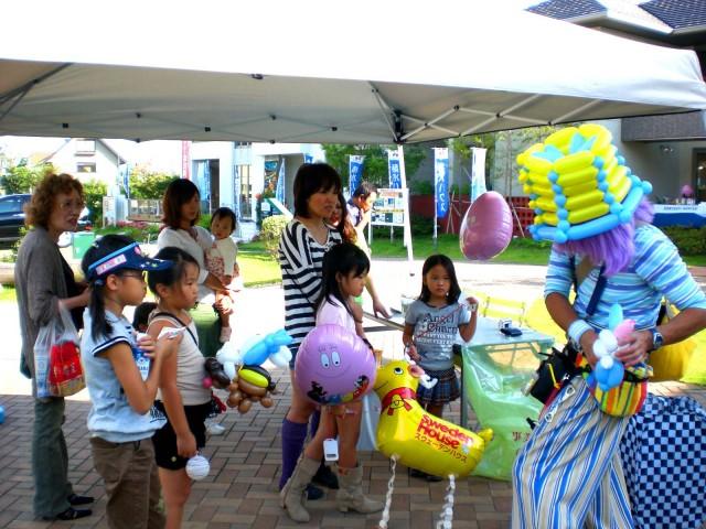 2009年 9月 福岡県北九州市 hit小倉住宅展示場 様からバルーンプレゼンターのご依頼をいただきました。