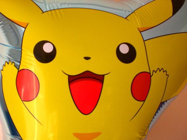 誕生日祝「ピカチュウ&ポケモン バースデー バルーン」バルーンギフトにメッセージカードを添えれば素敵なバルーン電報になります。