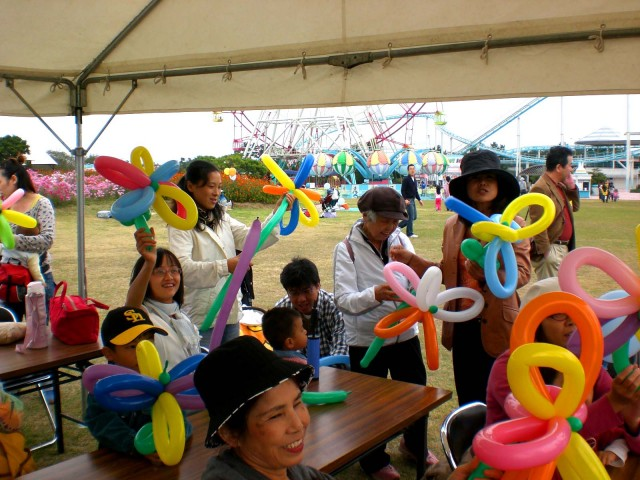 福岡県 海の中道海浜公園で開催された「土木の日」イベント様から体験バルーン教室のご依頼をいただきました。