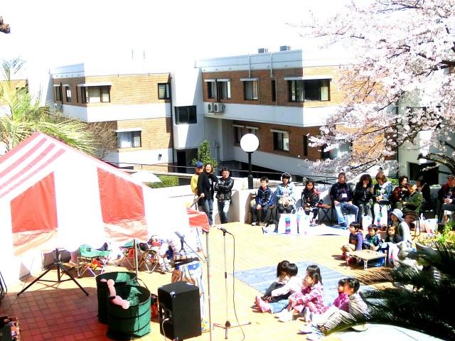 2012年 4月 福岡県福岡市 「ビラージュ平和」 様からバルーンショーのご依頼をいただきました。