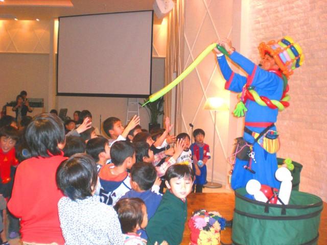 2010年12月 福岡県福岡市 「スペイン・バルササッカースクール」様からバルーンショーのご依頼をいただきました。