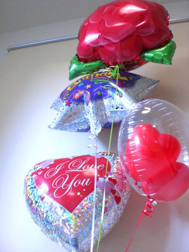 誕生日祝「キラキラ・フラワー バースデーバルーン」バルーンギフトにメッセージカードを添えれば素敵なバルーン電報になります。