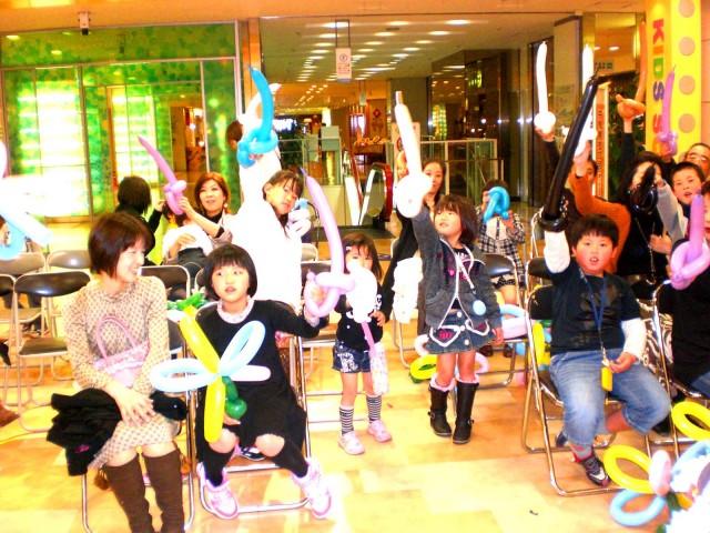 2011年4月黒崎井筒屋様からバルーン教室&バルーンプレゼンターのご依頼をいただきました。