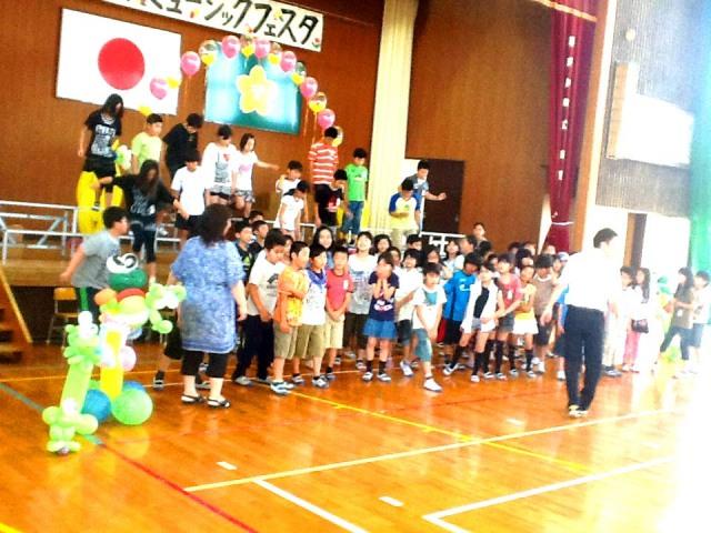 2012年6月 福岡県那珂川町 「安徳小学校」様からステージのバルーンデコレーションのご依頼をいただきました。